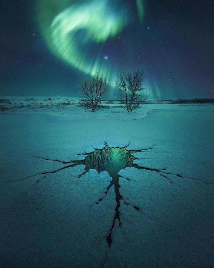 Το Βόρειο Σέλας πάνω από μια ρωγμή στον πάγο | Φωτογραφία της ημέρας