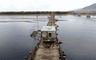 Αμάξι προσπαθεί να διασχίσει μία τρομακτική γέφυρα στη Σιβηρία και το βίντεο κόβει την ανάσα
