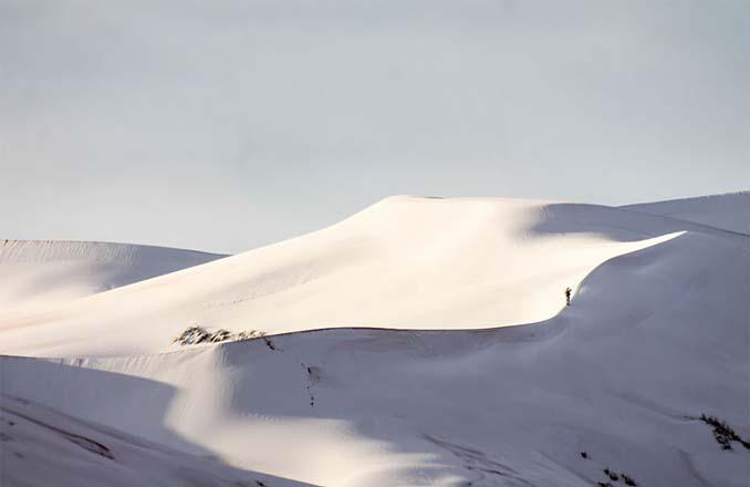 Απίστευτες φωτογραφίες από την έρημο Σαχάρα, όπου χιόνισε για τρίτη φορά τα τελευταία 40 χρόνια! (2)
