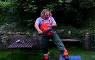 Δοκιμάζοντας το παντελόνι που προστατεύει από ατύχημα με αλυσοπρίονο