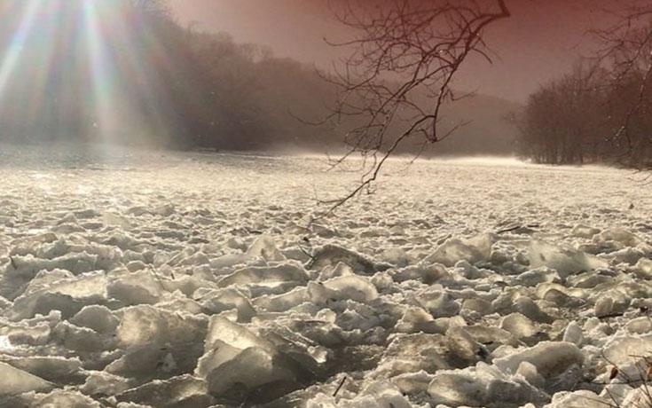 Έχετε ξαναδεί τέτοιο ποτάμι από πάγο;