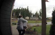 Γυναίκα πάει να κλέψει πακέτο του γείτονα από κούριερ και τότε αναλαμβάνει το κάρμα