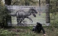 Καλλιτέχνης ζωγραφίζει ζώα στο δάσος με σπρέι πάνω σε διάφανη μεμβράνη (1)