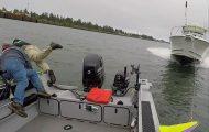 Ψαράδες πηδούν από το σκάφος λίγες στιγμές πριν αυτό γίνει θρύψαλα