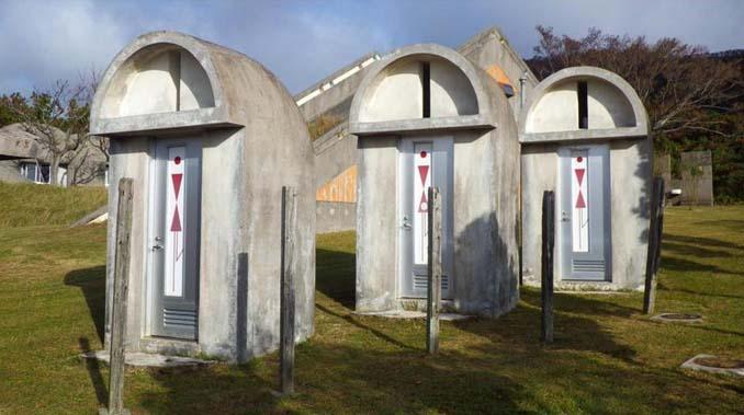 Οι δημόσιες τουαλέτες στην Ιαπωνία έχουν ότι σχήμα μπορείτε να φανταστείτε... (9)