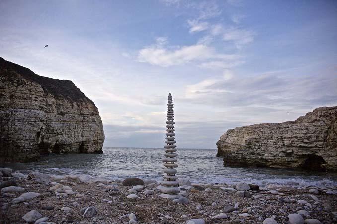 Καλλιτέχνης τακτοποιεί αντικείμενα της φύσης σε απίστευτους σχηματισμούς και το αποτέλεσμα θα σας μαγέψει (9)