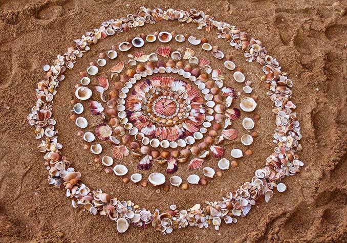 Καλλιτέχνης τακτοποιεί αντικείμενα της φύσης σε απίστευτους σχηματισμούς και το αποτέλεσμα θα σας μαγέψει (14)