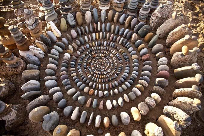 Καλλιτέχνης τακτοποιεί αντικείμενα της φύσης σε απίστευτους σχηματισμούς και το αποτέλεσμα θα σας μαγέψει (18)