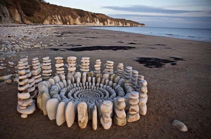 Καλλιτέχνης τακτοποιεί αντικείμενα της φύσης σε απίστευτους σχηματισμούς και το αποτέλεσμα θα σας μαγέψει (20)