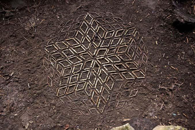 Καλλιτέχνης τακτοποιεί αντικείμενα της φύσης σε απίστευτους σχηματισμούς και το αποτέλεσμα θα σας μαγέψει (21)