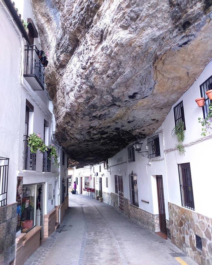 Το στενάκι κάτω από το βράχο | Φωτογραφία της ημέρας