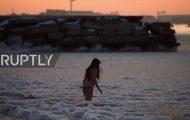 Βουτώντας στην παγωμένη Κασπία θάλασσα με το θερμόμετρο να δείχνει -17℃