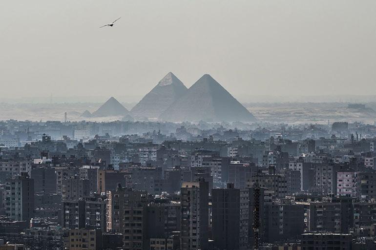 Οι πυραμίδες της Γκίζας από μια... πεζή οπτική | Φωτογραφία της ημέρας
