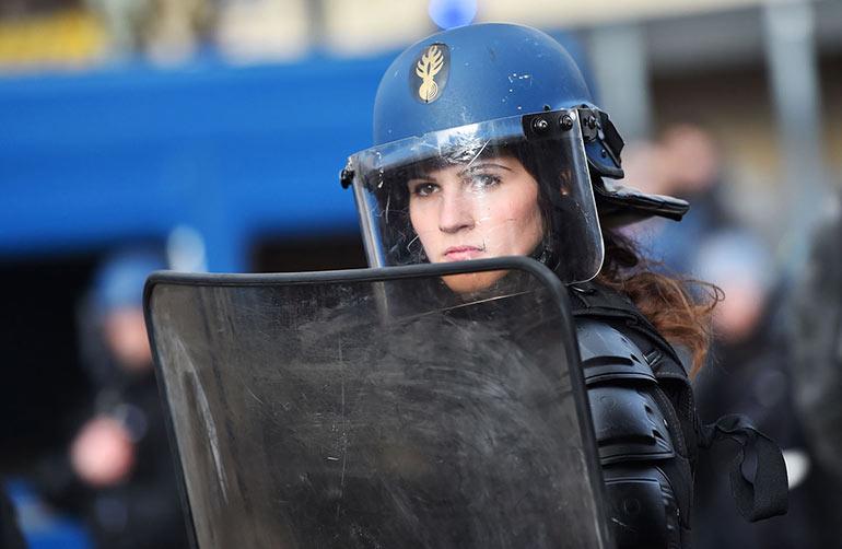 Η γυναίκα των ΜΑΤ στη Γαλλία που καθήλωσε τον φωτογραφικό φακό | Φωτογραφία της ημέρας
