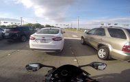 Μοτοσυκλετιστής γλιτώνει παρά τρίχα από εντελώς αναπάντεχο ατύχημα