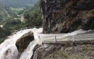 Οδηγώντας σε έναν άκρως επικίνδυνο δρόμο που έχει μετατραπεί σε καταρράκτη