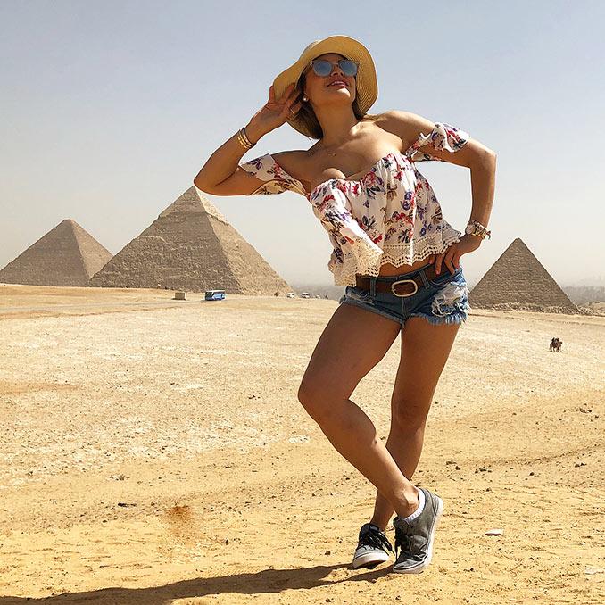 Ποζάροντας με τις πυραμίδες | Φωτογραφία της ημέρας