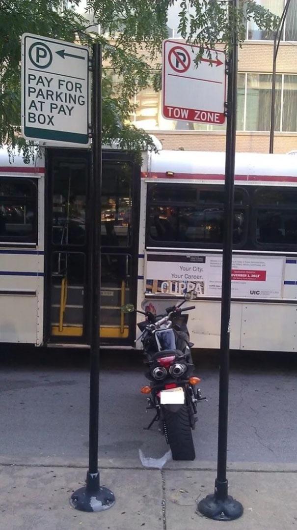 Όταν δεν θες να πληρώσεις πάρκινγκ αλλά ούτε και να στο πάρει ο γερανός | Φωτογραφία της ημέρας