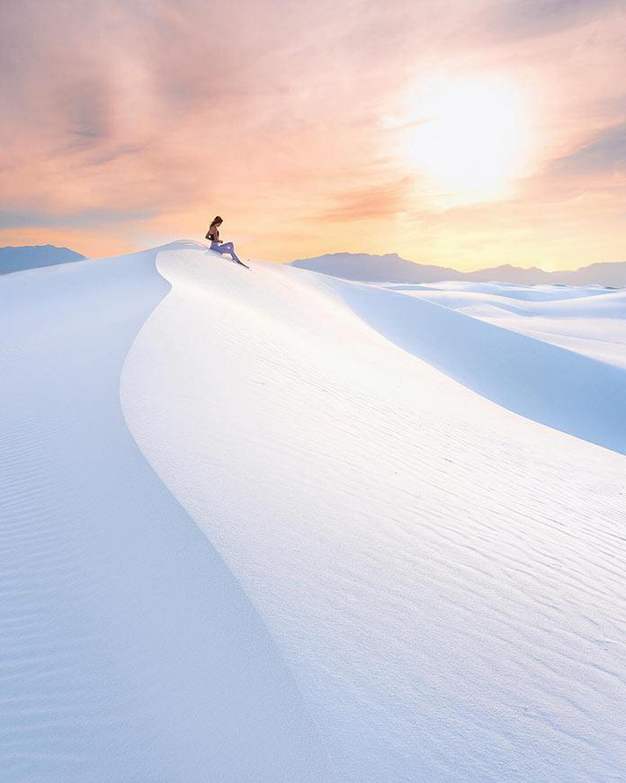 Θαυμάζοντας την απέραντη λευκή άμμο | Φωτογραφία της ημέρας