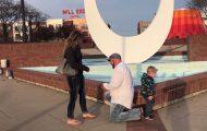 Πιτσιρίκι καταστρέφει πρόταση γάμου στη μαμά του με τον πιο απίστευτο τρόπο
