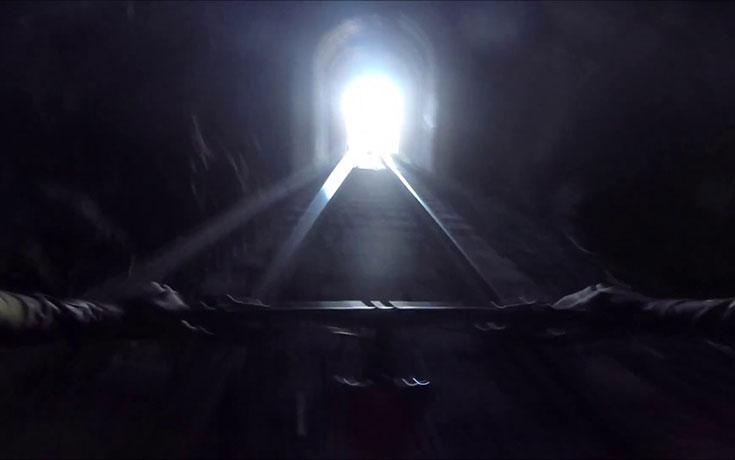 Ποδηλάτες έρχονται αντιμέτωποι με τρένο μέσα σε τούνελ