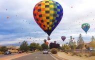 Η σουρεαλιστική εμπειρία του να οδηγείς ανάμεσα σε ένα φεστιβάλ με αερόστατα