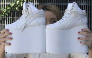 Θα μπορούσατε να περπατήσετε με αυτές τις πανύψηλες πλατφόρμες;